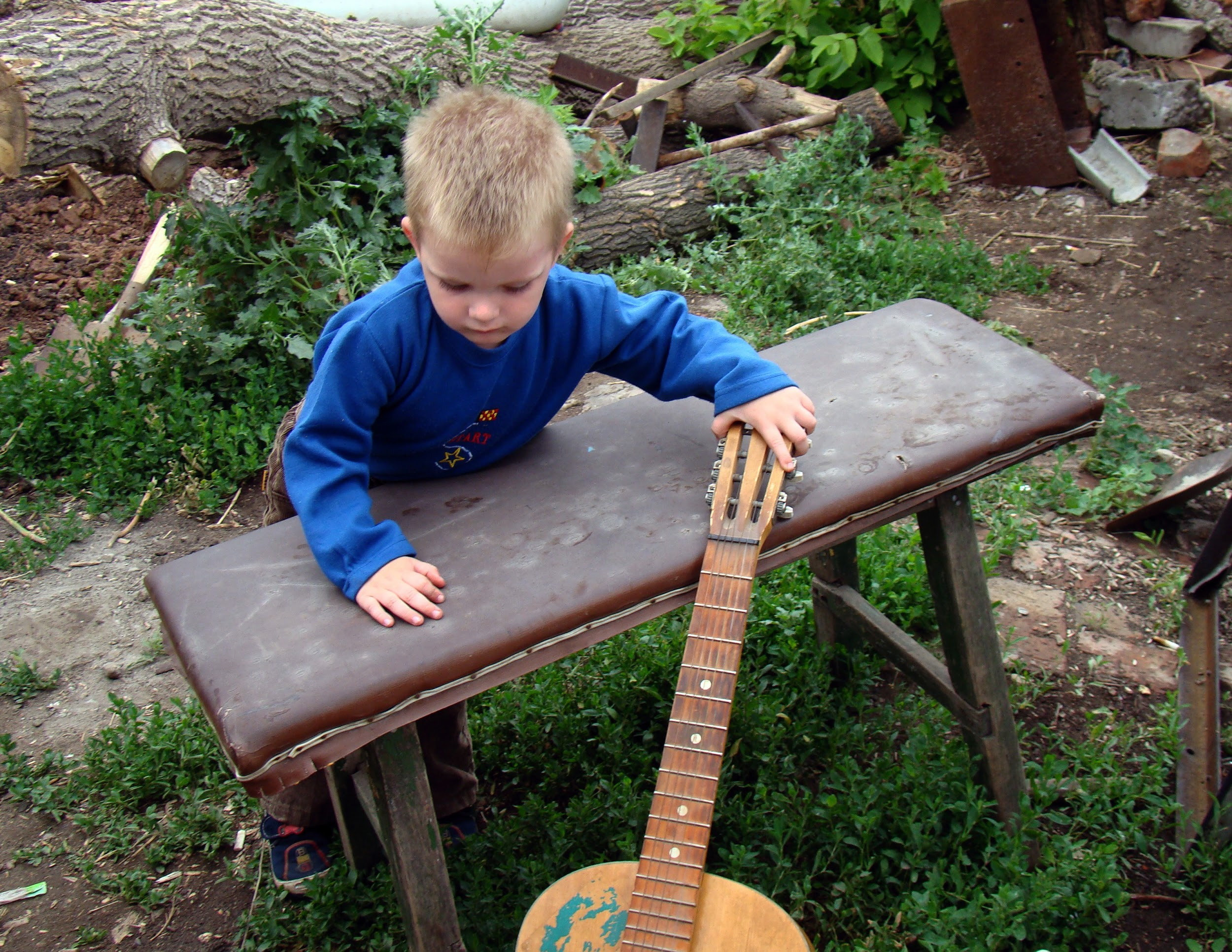 Why You Should Encourage Your Toddler to Listen to Music guitar